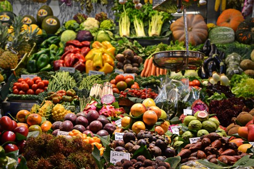 foods that help sleep - market stand with fruits and vegetables