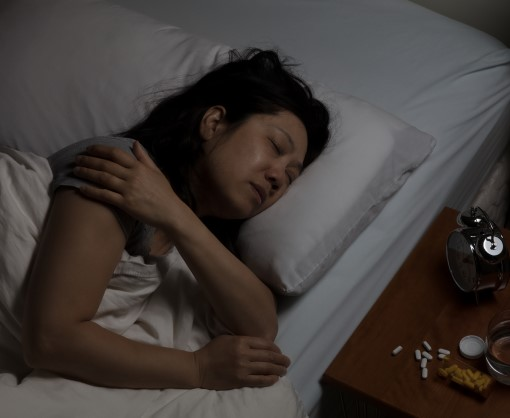 photo of lady awake at night in bed suffering from Sleep apnea and shoulder pain